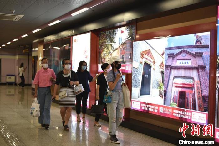 上海地铁着力打造迎接建党百年的重点主题车站。 周方 摄