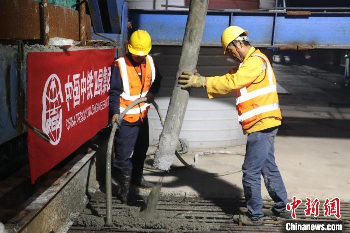 6月9日凌晨,两名施工人员正在昌景黄铁路跨京台公路特大桥连续梁中跨合龙段施工作业。 濮俊 摄