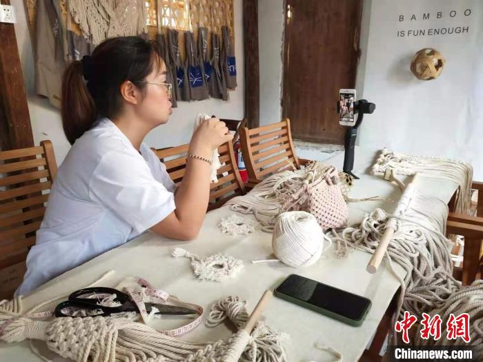 浙江农村一主播正进行电商直播。 王逸飞 摄