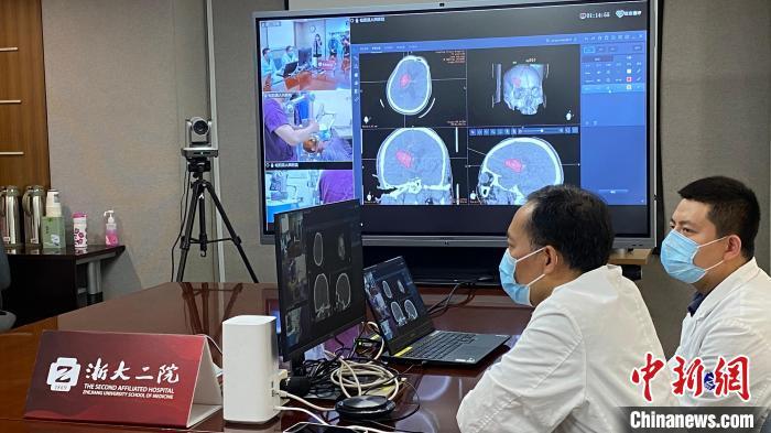 浙大二院搭建国内首个5G数字化神经外科空中手术室。 钱晨菲 摄