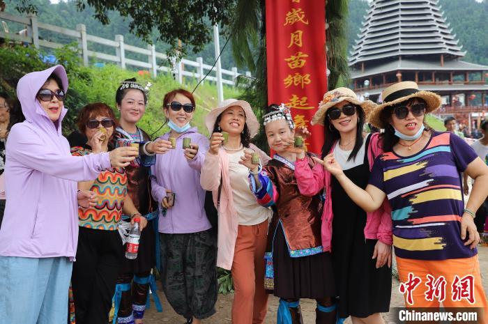 游客和侗族姑娘合影留念 石峰 攝