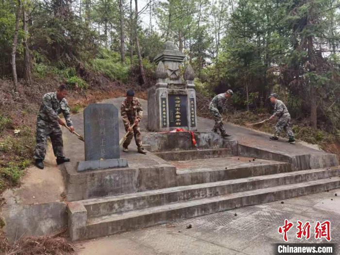 驻地部队、民众守护红军墓。 吴火招 摄