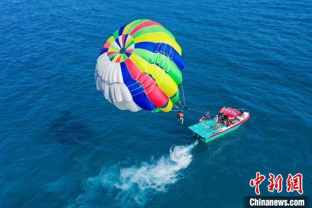 高空跳伞、游艇出海 海南万宁新潮旅游度假方式成新宠