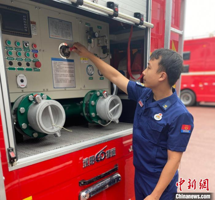 """消防装备技师王德文:像爱护眼睛一样爱护""""亲密战友"""""""
