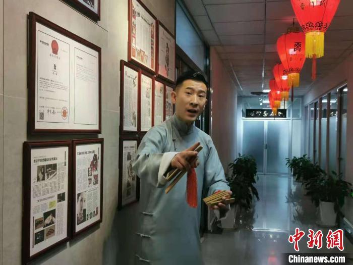 山西省曲艺团演员姚崇善正在表演太原莲花落。 杨杰英 摄