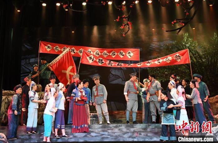 圖為演出展現韋拔群建立革命根據地場景。 林浩 攝