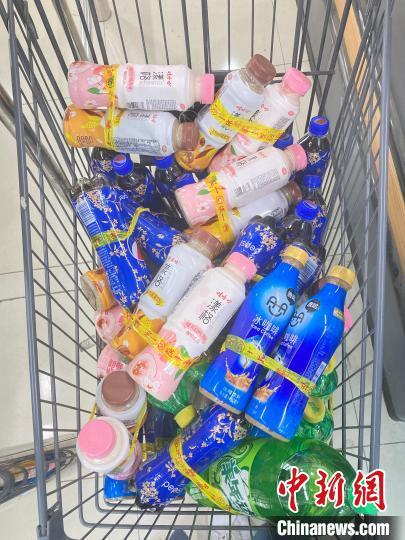 """社区超市内,因临期进行""""买一送一""""促销的饮料?!⌒戽?摄"""