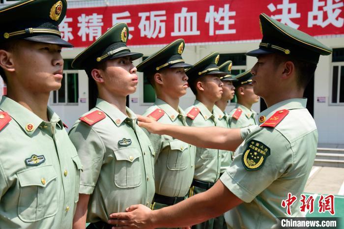 军营里的追光者:走进这个武警支队的国旗班
