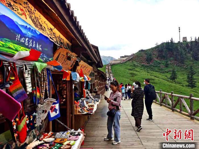 图为游客在海北州祁连县卓尔山景区。 陈文年 摄