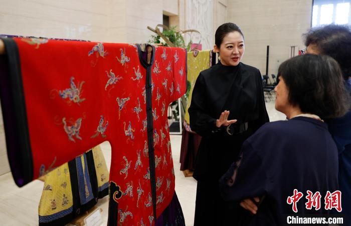 故宫出版社推出《云裳华仪》再现毕宏振收藏的60余件清代宫廷服饰