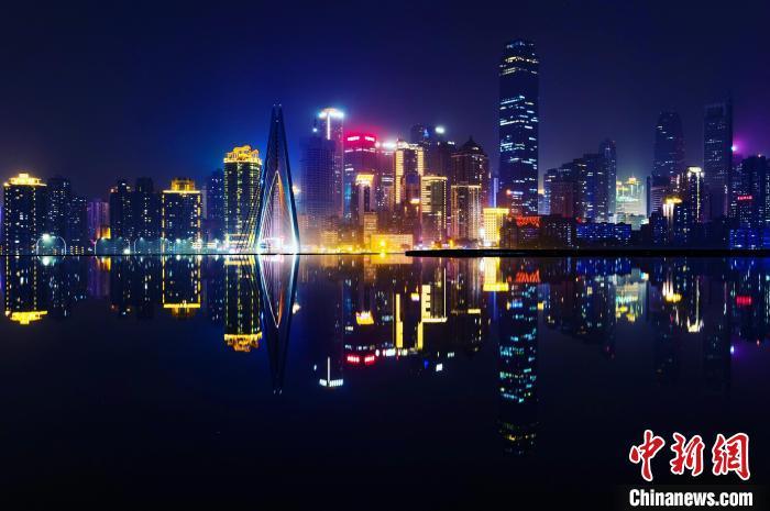 图为重庆璀璨夜景。 何蓬磊 摄