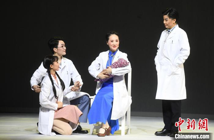 原创越剧现代戏《林巧稚》在福州芳华剧院上演。 记者刘可耕 摄
