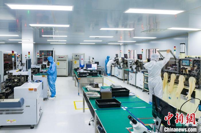 图为重庆联叁盛光电科技有限公司智能化生产车间,工作人员在设备上作业。 邹乐 摄