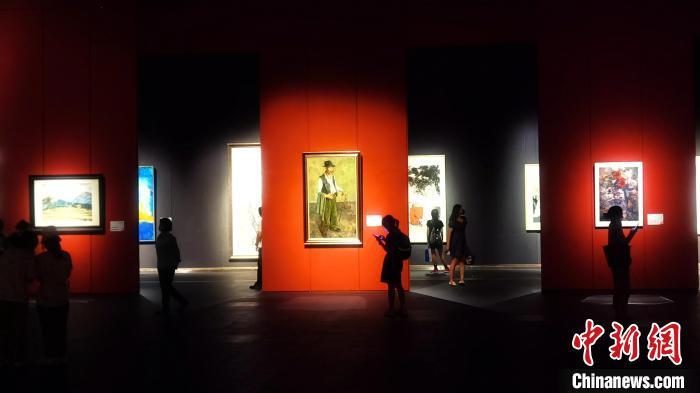"""当天,""""同裳——韩国现代美术中国交流展""""在山东省美术馆开展。 梁犇 摄"""