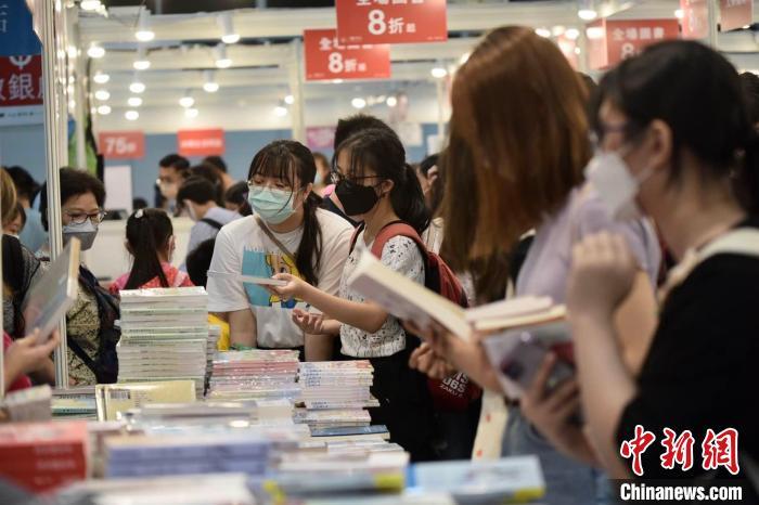 书展此前两度延期,难得重开,引来不少书迷认真选购。 李志华 摄
