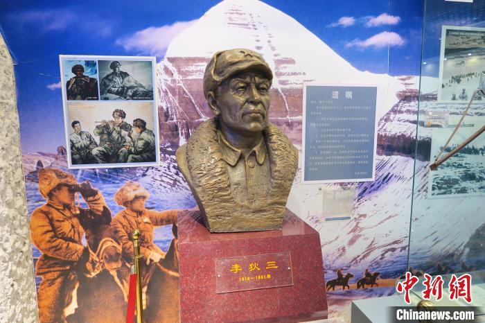 图为南疆军区某合成团1连荣誉室,雕像是进藏先遣英雄连总指挥李狄三。 杨程晨 摄
