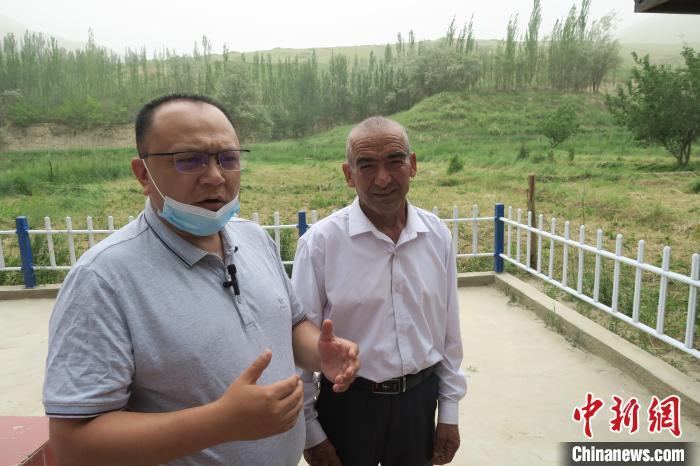 图右为普鲁村当年迎接进藏先遣连入村的见证者后代西日普·依布地。 杨程晨 摄