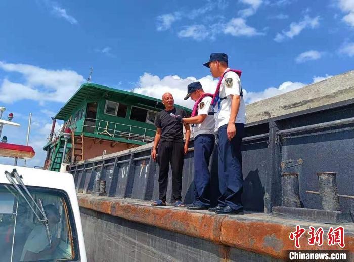 浙江温州海事部门登船检查防台措施落实情况 温州海事局供图