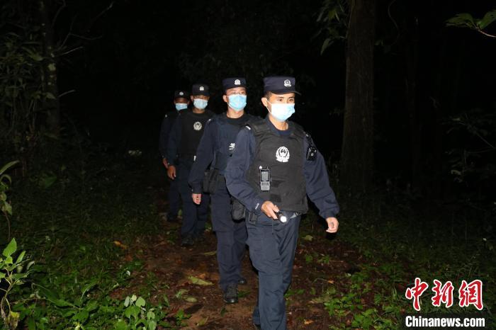 """云南普洱:民警救助""""迷路""""乌龟竟是一级""""国保"""""""