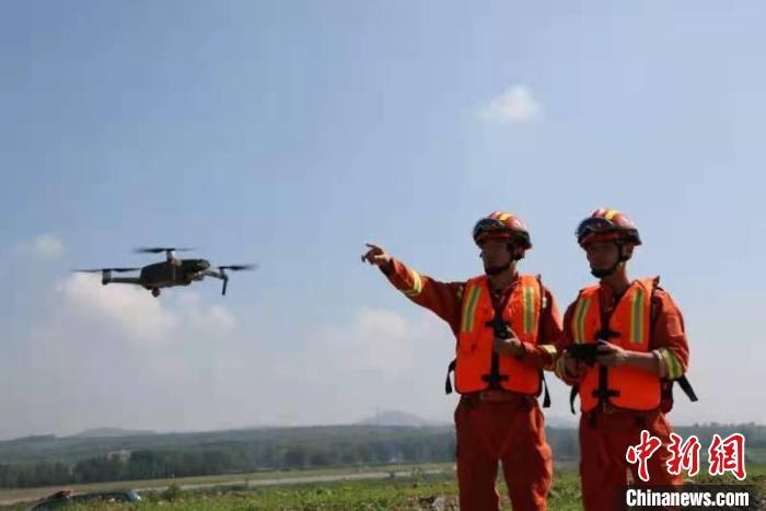 消防员利用无人机辅助巡查。 韩瑞 摄