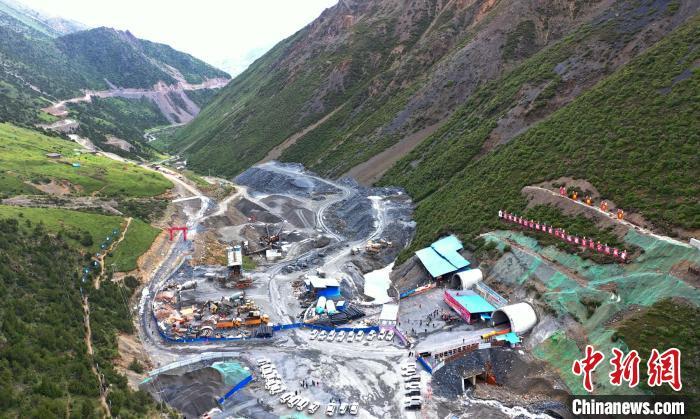 海拨4750余米西藏夏贡拉山隧道工程建设稳步推进