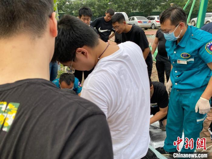 图为学生救人现场。 王玲玲 摄