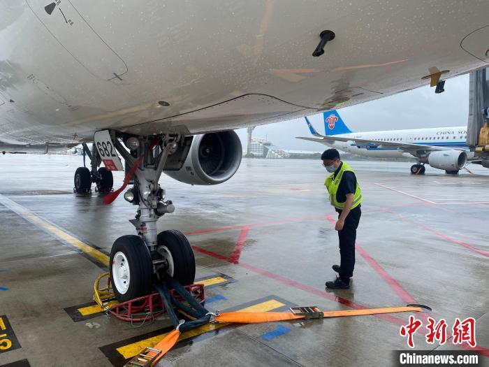 """台风""""烟花""""强度减弱南航计划恢复15点后航班"""
