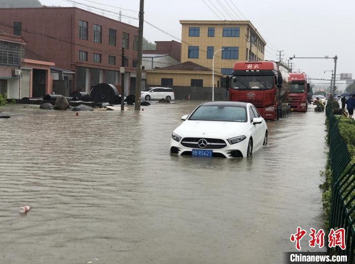 浙江宁波余姚三七市镇积水严重。 林波 摄