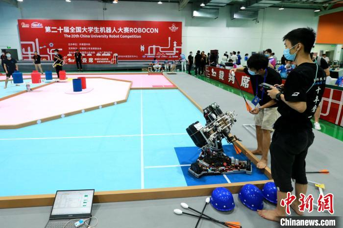 参赛选手在投壶行觞项目场地调试机器人。 梁犇 摄