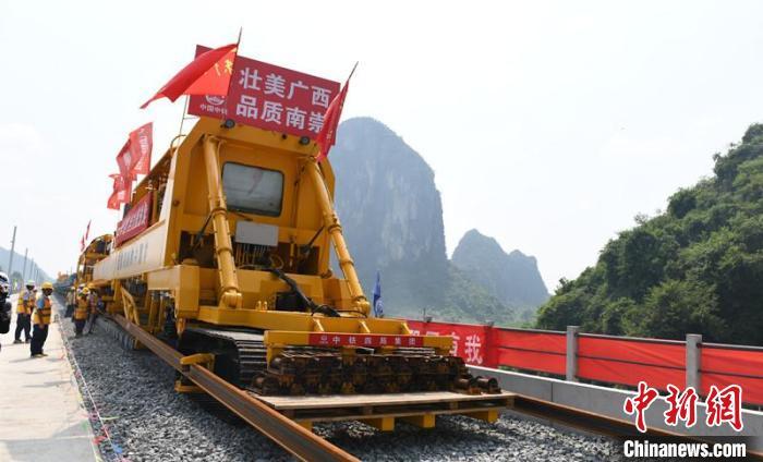 圖為國產CPG500型鋪軌機組在施工 林浩 攝