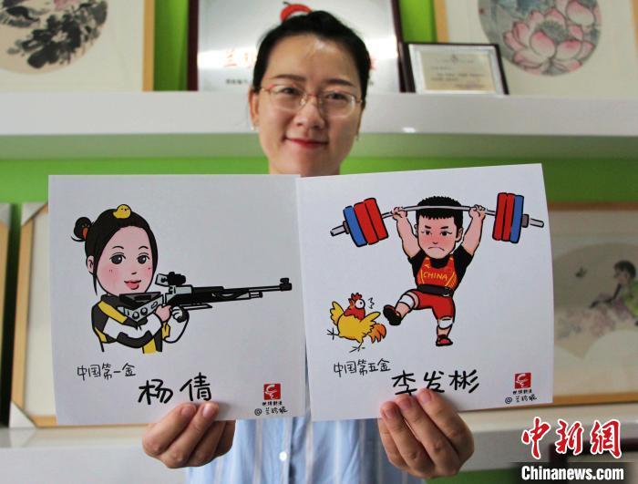 兰珍妮向记者展示自己的画作。 赵晓 摄