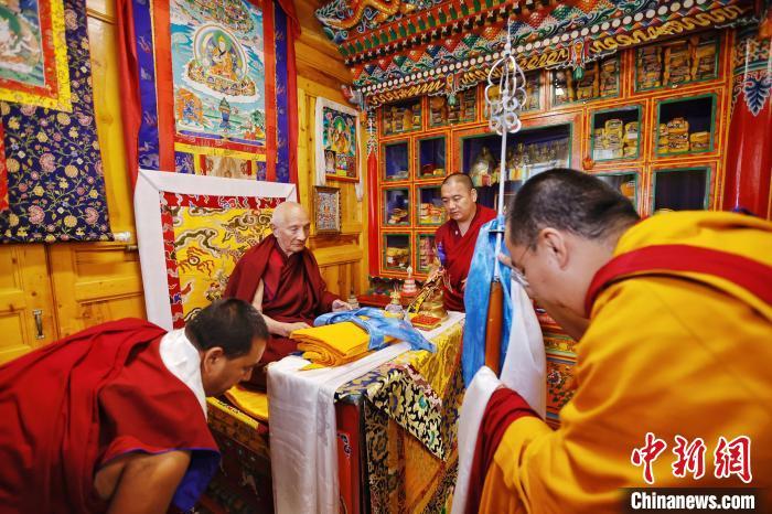 7月26日,夏河县拉卜楞寺,班禅拜见加羊加措经师。中新社记者 李雪峰摄 李雪峰 摄