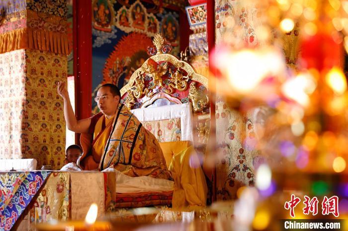 7月24日,班禅在碌曲县西仓寺开展佛事活动。中新社记者 李雪峰摄 李雪峰 摄