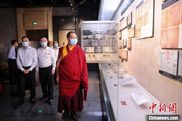 7月30日,班禅在八路军兰州办事处纪念馆参访。中新社记者 李雪峰摄 李雪峰 摄