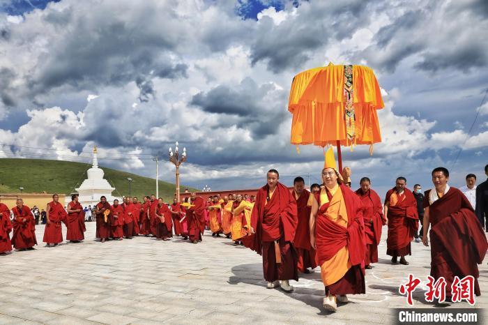 7月23日,班禅赴玛曲县外香寺开展佛事活动。中新社记者 李雪峰摄 李雪峰 摄