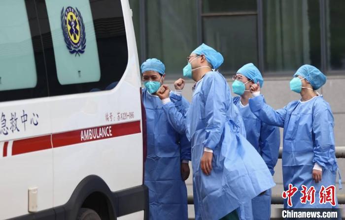 直击南京禄口机场疫情首批患者出院 6名患者年龄在41-72岁之间