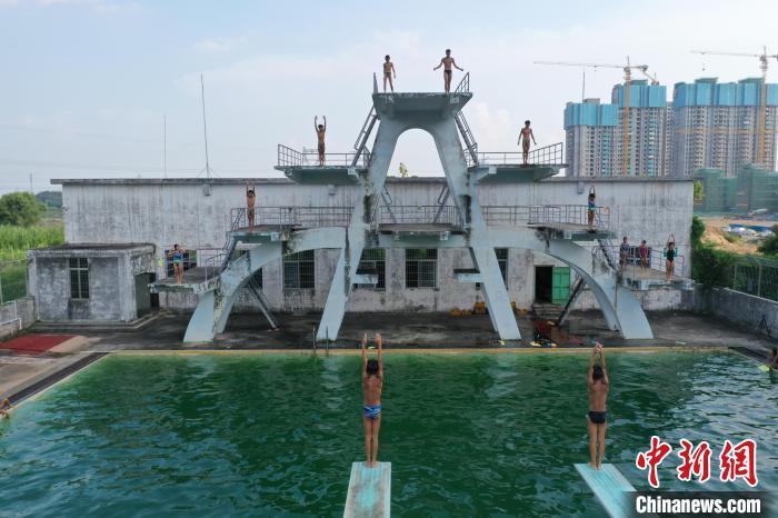 全红婵母校——湛江体育学校里的学生正在练习跳水(资料图) 陈锴进 摄