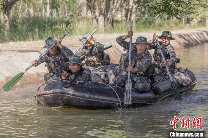 第76集团军某特战旅营长刘近(右二)带领特战小队武装泅渡?!〕潞?摄