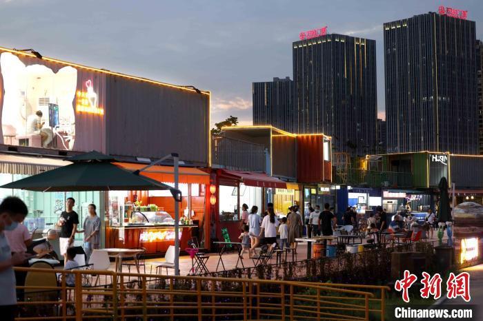 """8月7日晚,合肥市瑶海区长江180艺术街区的""""集装箱市集""""。 解琛 摄"""