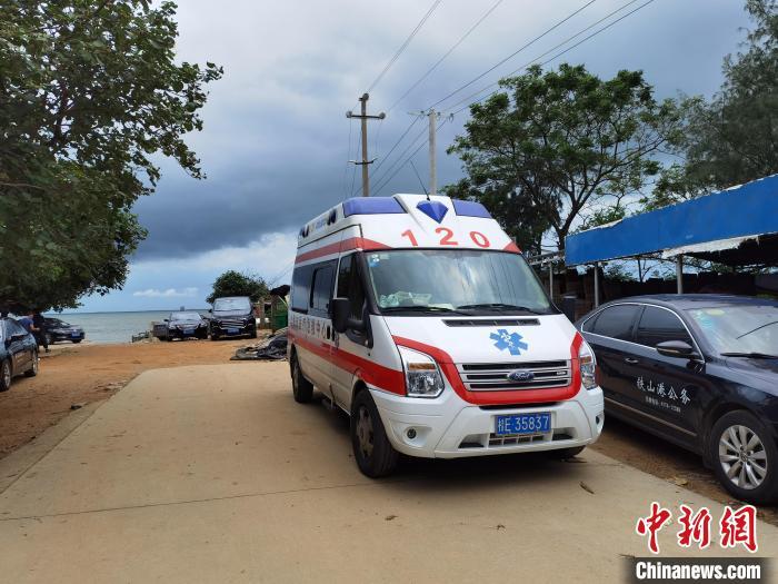 圖為8月9日,一輛救護車在事發海域附近岸邊待命?!〉岳顝姟z