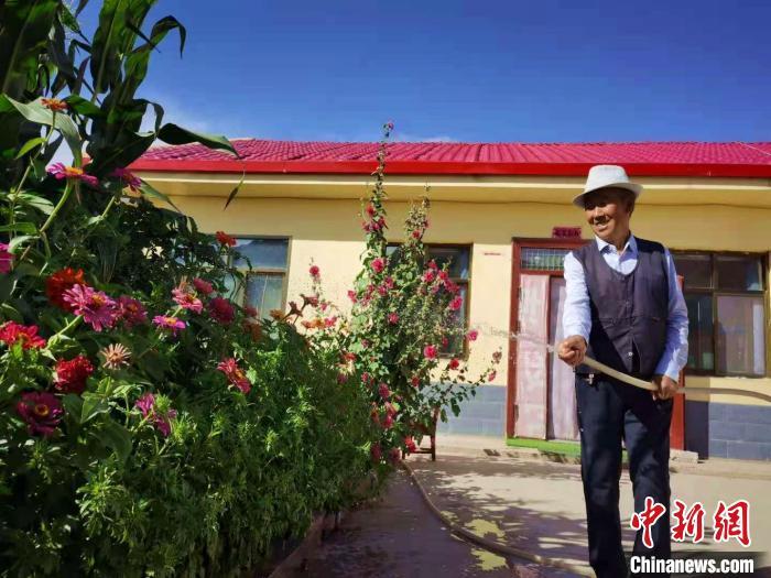 图为何家湾村民王宏从山上搬到山下,在家中养上了花卉。 史静静 摄