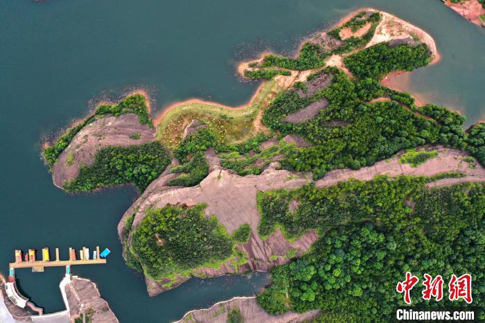 圖為8月13日,航拍下的江西弋陽龜峰景區的山水風光?!⒄祭?攝