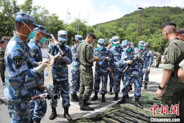 中国参赛队员领取并检查轻武器。 肖勇利 摄