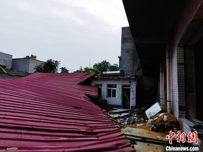 楼房后面彩钢板建筑坍塌。 吕子豪 摄