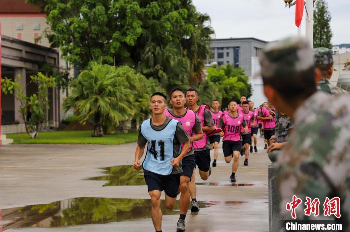 图为参考官兵进行3000米跑。 任芋亭 摄