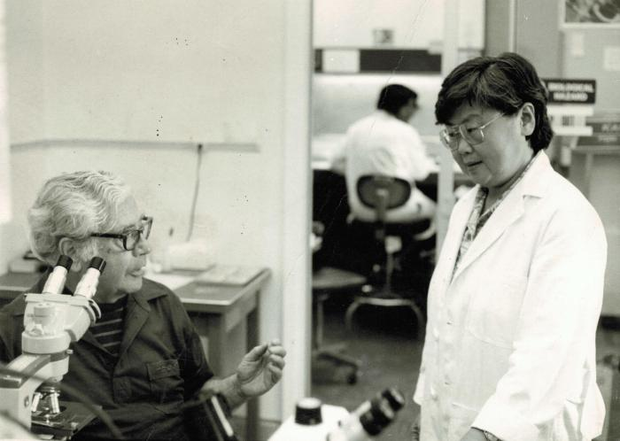 李桓英访问美国路易安娜州卡维尔麻风中心与专家讨论工作。 首都医科大学附属北京友谊医院、北京热带医学研究所供图