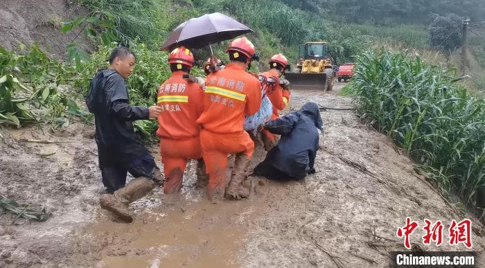 云南鎮沅:暴雨引發泥石流 消防緊急轉移被困人員