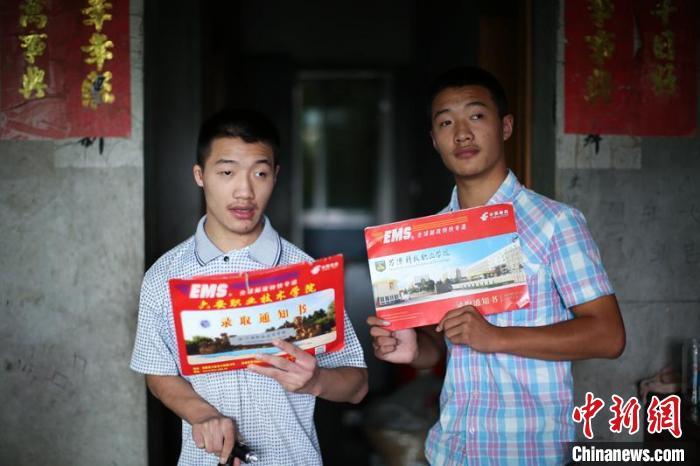 """腦癱雙胞胎兄弟考上職業學校媽媽:""""從沒想過放棄他們"""""""