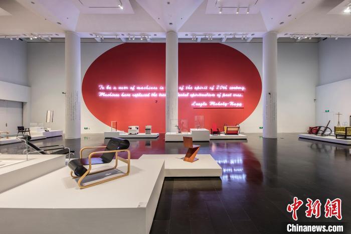 """清华大学艺术博物馆""""设计乌托邦1880-1980:百年设计史/比亚杰蒂-科尼格收藏""""展览。 来源:清华大学艺术博物馆官网 摄"""