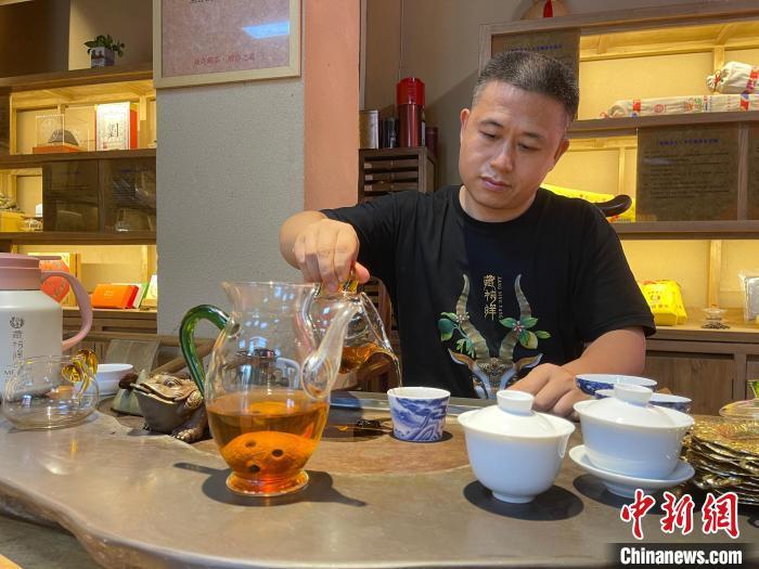 """在广州焱尧藏茶营销总部,总经理张继伦向记者展示了疫情期间他们公司研发的""""藏柠洋""""。 方伟彬 摄"""